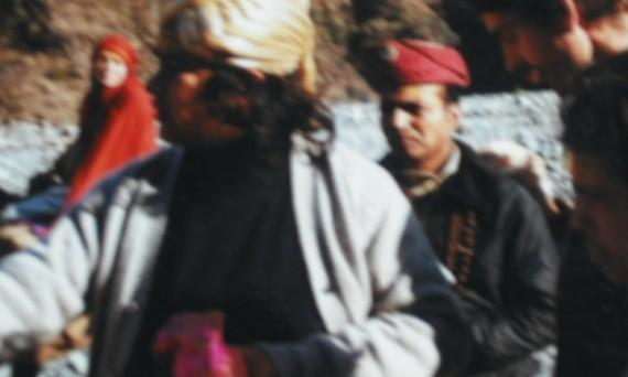 babaji met mahendra op achtergrond